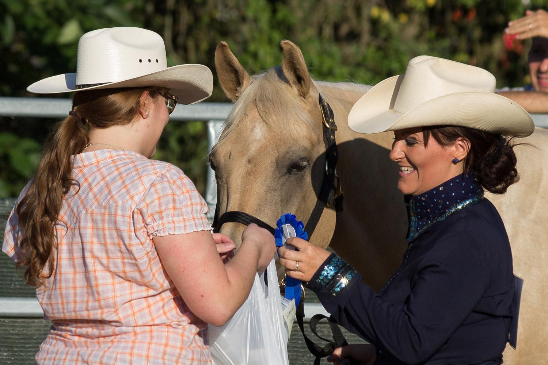 Récompenses pour la cavalière et sa monture ! © Laura Schutz et Manon Kutzel