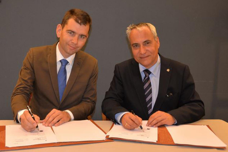 Frédéric Bouix, président de la FITE (à gauche), et Ingmar de Vos, président de la FEI, lors de la signature du MOU à Bruxelles. ©FEI/Mark Wentein