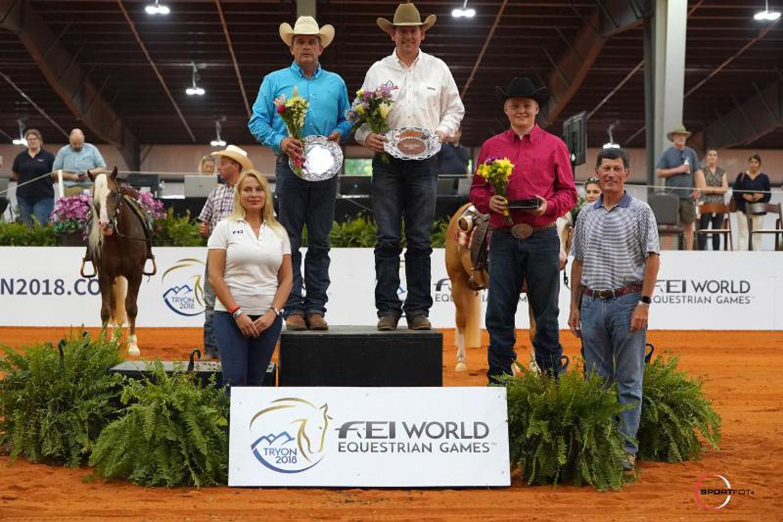 Dan Huss, Jordan Larson et Cade McCutcheon avec Anna Milne de la FEI (Fédération Equestre Internationale) et Eric Straus du Comité d'Organisation des Jeux Equestres Mondiaux. © Sportfot