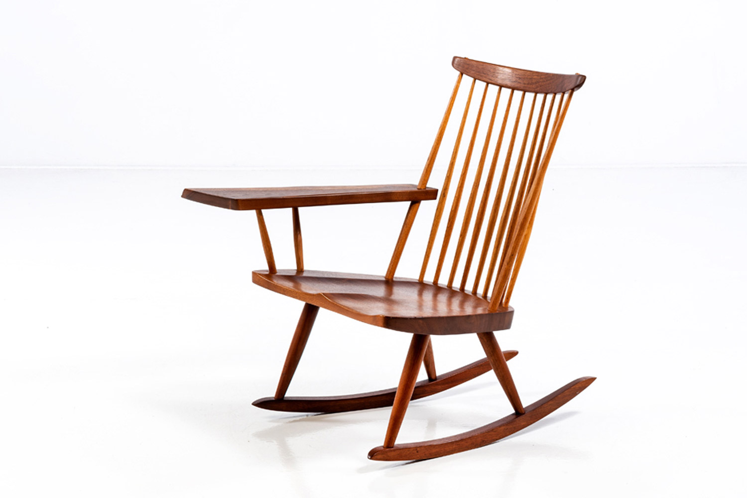 George Nakashima (1905-1990) Rocking chair with single freeform arm © Piasa