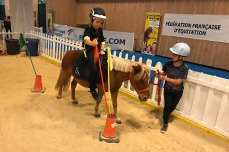 700 enfants ont été mis en selle lors du récent Kidexpo 2018, 5 poneys shetland se sont prêtés de bonne grâce à ces initiations prometteuses. © FFE