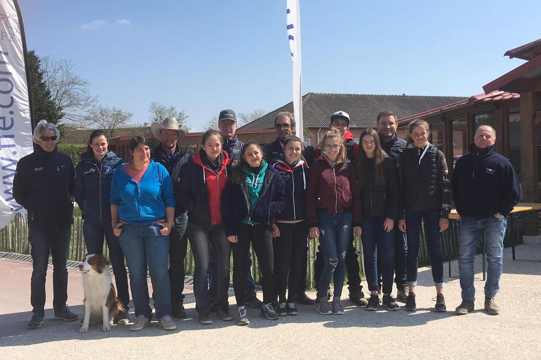 Le groupe des cavaliers de l'équipe de France et le staff fédéral réunis au Parc équestre fédéral. ©FFE/CD