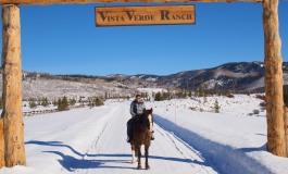A cheval dans les neiges du Colorado